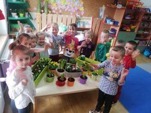 PSZCZÓŁKI - uśmiechnięte dzieci prezentują założoną hodowlę