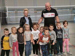 Żabki - dzieci wraz z panią i panem Grzegorzem uśmiechają się do zdjęcia